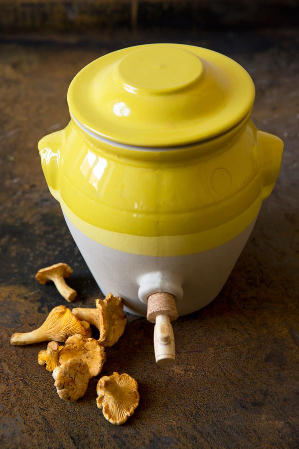 Pot à vinaigre jaune et girolles pour conserver, Manufacture Digoin